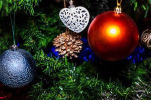 enfeites de natal pendurados em pinheiro foto