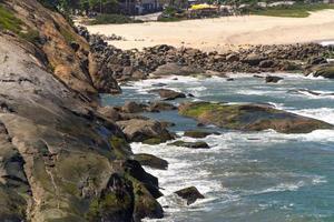 costão rochoso na praia de macumba no rio de janeiro, brasil foto