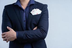 empresário asiático com cartões no bolso foto