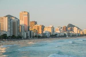 pôr do sol na praia de Leblon no rio de janeiro, brasil foto