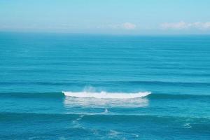 ondas no mar azul na costa foto