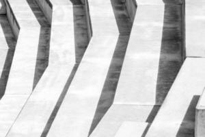 fotografia em preto e branco de uma estrutura de concreto com grandes degraus foto