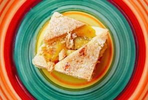 bolo de frutas em um prato colorido foto