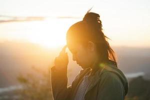 mulher de viagens desfrutar do pôr do sol. close-up da garota de viagens ao ar livre. foto