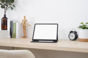tablet de tela em branco com lápis digital na mesa de madeira. foto