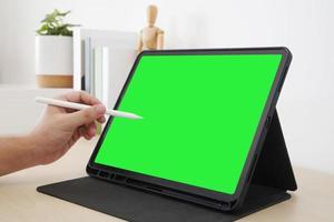 designer usando caneta stylus com tela em branco na área de trabalho. foto