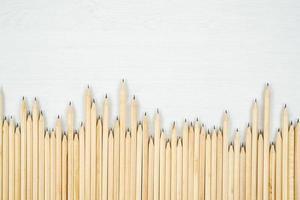 arranjou o lápis de madeira na mesa branca. foto
