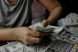 mulher segurando dinheiro foto