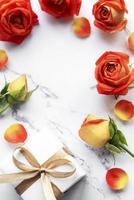 composição de flores. moldura feita de rosas vermelhas e pétalas foto