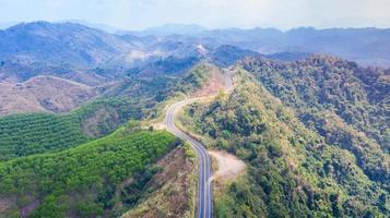 vista da estrada na montanha vista de cima foto