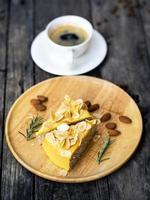 a vista superior em uma xícara de café com sobremesa em uma mesa de madeira foto