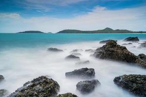 foto de longa exposição de rochas no mar