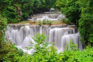bela cachoeira em floresta densa, cachoeira huay mae kamin na província de kanchanaburi, tailândia foto