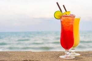 coquetéis gelados bebendo copo com mar e praia foto