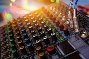 mixer de som de áudio analógico na sala de controle de som foto