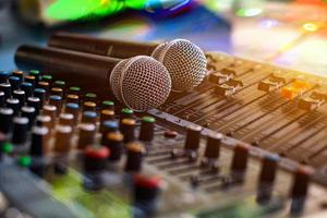 sala de controle analógico do microfone e do mixer de som de áudio fundo desfocado foto