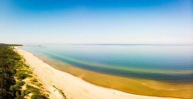vista aérea da praia de areia branca de Palanga na Lituânia foto