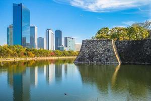 cenário do parque do castelo de osaka, kansai, japão foto