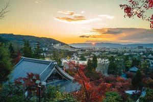 templo zenrin também conhecido como eikando em kyoto japão ao anoitecer foto