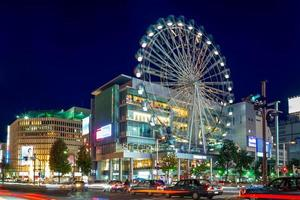 vista da rua de nagoia com roda gigante no japão foto