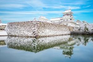 paisagem do castelo de toyama no inverno no japão foto