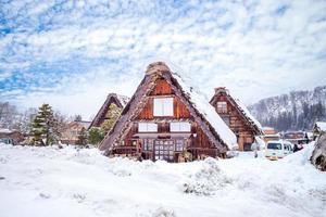 paisagem de neve da vila de shirakawa em gifu no japão foto