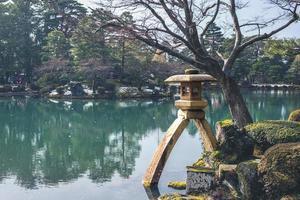 o kotoji toro, uma lanterna de pedra de duas pernas em Kanazawain, Japão foto