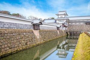 castelo kanazawa perto do jardim kenrokuen no japão foto
