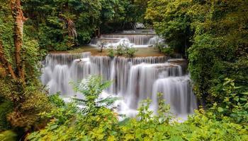 bela cachoeira em floresta densa foto