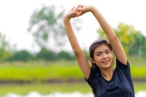 retrato de uma menina bonita em roupas esportivas, executando treinamento de mulher saudável fitness para maratona ao ar livre foto