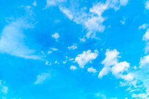 nuvem branca no céu azul foto