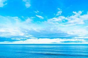 nuvem branca no céu azul com vista do mar foto