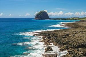 paisagem da rocha de mantou localizada em lanyu, taiwan ao anoitecer foto