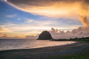 paisagem da rocha de mantou localizada em lanyu ao entardecer foto