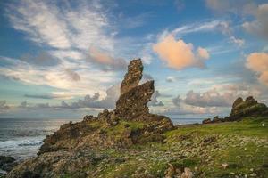 rocha de crocodilo em lanyu, ilha das orquídeas em taitung, taiwan foto