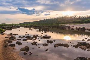 cenário de ping roxo, uma lagoa na ilha verde de ludao, taiwan foto