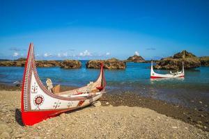 canoa tradicional lanyu na baía de dongqing em lanyu, taitung, taiwan foto