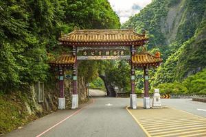 portão do arco da entrada leste do parque nacional taroko em hualien, taiwan foto
