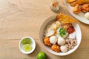 macarrão de arroz raso picante com bolinhos de peixe e bolinhos de camarão sem sopa - comida asiática foto
