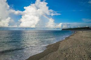 cenário da praia de qixingtan em hualien, taiwan foto