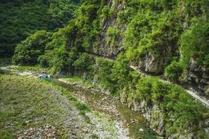 cenário da trilha shakadang no parque taroko, hualien, taiwan foto