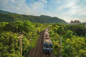 trem passando pelo campo na linha leste em yilan, taiwan foto