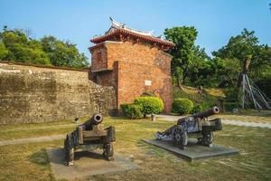 portão jingpo, também conhecido como portão oeste menor em tainan, taiwan foto