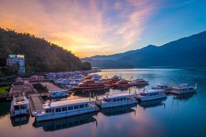 nascer do sol no lago sol lua em nantou, taiwan foto