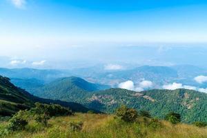 bela camada de montanha com nuvens e céu azul na trilha natural de kew mae pan em chiang mai, tailândia foto