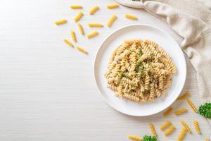 spirali ou pasta espiralada com molho de creme de cogumelos com salsa - comida italiana foto