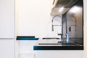 decoração de torneira e pia na cozinha foto