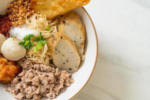 macarrão de ovo picante com bolinho de peixe e bolinho de camarão sem sopa - comida asiática foto