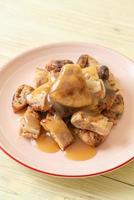 bananas grelhadas com molho de coco e caramelo no prato foto