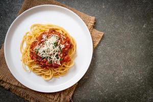 espaguete porco à bolonhesa ou espaguete com molho de tomate e porco picado - comida italiana foto